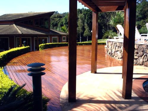 deck e pergolado de madeira