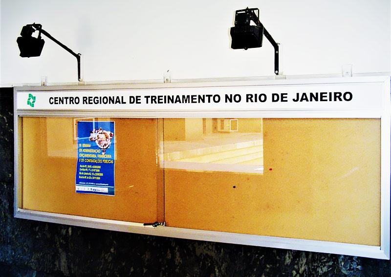 Quadro de aviso com testeira e duas portas deslizantes