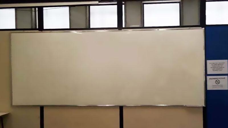 Quadro branco com película brilhosa em divisória